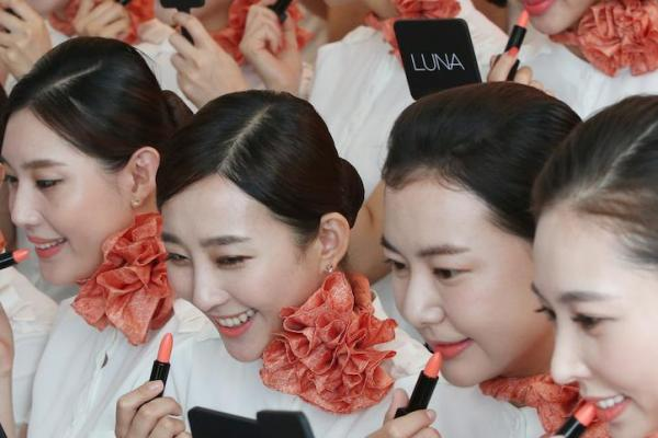Men's makeup group aims to empathize with South Korean women